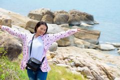 Stehende Arme der Frau heraus auf dem Felsen Lizenzfreies Stockbild
