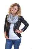 Stehende blonde Frau in einer Lederjacke Lizenzfreies Stockbild
