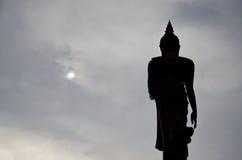 Stehende Buddha-Statue stockfotos