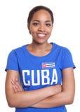 Stehende Frau von Kuba mit den gekreuzten Armen stockfotos