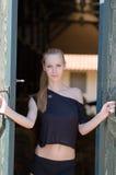 Stehende Front der dünnen Blondine der Stalltür Stockfotografie