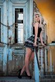 Stehende Front der sexy blonden Frau eines alten Hauses Stockfoto