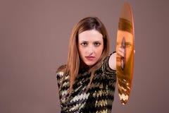 Stehende Holding der schönen blonden Frau ein goldenes v lizenzfreie stockfotografie