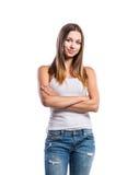 Stehende Jugendliche in den Jeans und in weißem Unterhemd, lokalisiert lizenzfreie stockfotografie