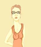 Stehende junge Blondine in den Gläsern, im Kleid mit Gurten und in den Ohrringen Lizenzfreie Stockfotos