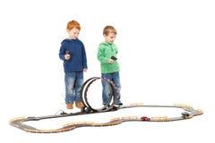 Stehende Kinder, welche die Kinder laufen Spielzeugautospiel spielen Stockfotografie
