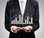 Stehende Lagehand des Geschäftsmannes, die Diagrammfinanzierung lokalisiert hält Lizenzfreie Stockfotografie