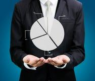 Stehende Lagehand des Geschäftsmannes, die Diagrammfinanzierung lokalisiert hält Lizenzfreie Stockbilder