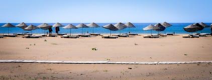 Stehende Sonnenschirme auf Schildkröten-Strand in Iztuzu Stockfotos