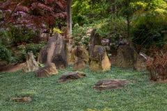 Stehende Steine im Garten Stockfoto