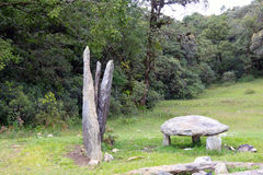 Stehende Steine und Steinsitz Stockfoto