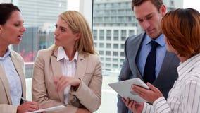 Stehende und sprechende Geschäftsleute