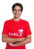 Stehender Fan von Chile mit den gekreuzten Armen Stockfotos