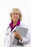 Stehender Frauen-Doktor mit Klemmbrett Lizenzfreies Stockfoto