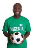 Stehender Fußballfan von Nigeria mit Ball stockbilder
