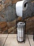 Stehender hängender Toilettenpapierhalter, Fliesenbodenrestaurantbadezimmerausgangshintergrund der weißen Blätter zu rollen Extra lizenzfreie stockbilder