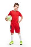 Stehender junger Fußballspieler, der Fußball hält Stockfotos