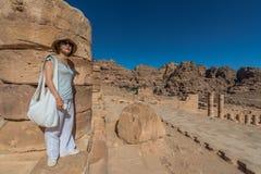 Stehender römischer Tempel des Touristen in der nabatean Stadt von PETRA Jordanien Stockfotografie