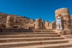 Stehender römischer Tempel des Touristen in Nabatean-Stadt von Stockbilder