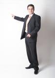 Stehender weißer Geschäftsmann in der Klage zeigend auf Diagramm Lizenzfreies Stockbild