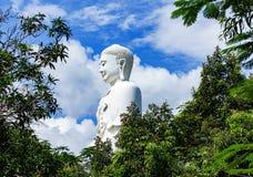 Stehender weißer Buddha auf einem Hintergrund des blauen Himmels Lizenzfreies Stockfoto