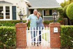 Stehendes äußeres Haus der älteren hispanischen Paare Lizenzfreie Stockfotos
