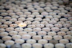 Stehendes allein Einzelne elastische Flamme hält, unter Mann zu brennen lizenzfreie stockfotos
