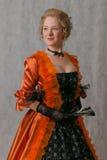 Stehendes Mädchen im barocken Kleid Stockfoto