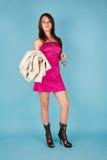 Stehendes Mädchen mit Pelzmantel- und -autotaste Stockfoto