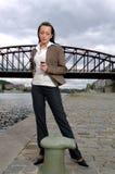 Stehendes Mädchen mit Telefon Stockfoto