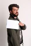 Stehendes Profil des Mannes mit Fahne Abschluss oben weiß Stockfotografie