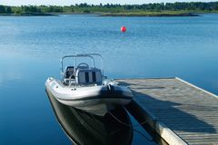 Steifes aufblasbares Boot an einem Pier stockfotos