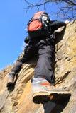 Steigen auf einem Felsen Lizenzfreies Stockfoto