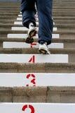 Steigen der Treppen lizenzfreies stockbild