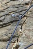 steigen Ein Sicherheitsbolzen verlegte ein Seil mit einem Karabiner Lizenzfreies Stockfoto