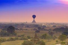 Steigen Sie das Schwimmen über die Pagode in Bagan, Birma im Ballon auf Stockbild