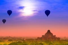 Steigen Sie das Schwimmen über die Pagode in Bagan, Birma im Ballon auf Stockfotografie
