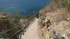 Steigen Sie die Treppe zum schönen Strand ab stock video