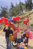 Steigen Sie, Eiscremeverkäufer in ajloun Straße in Jordanien im Ballon auf Stockfotografie
