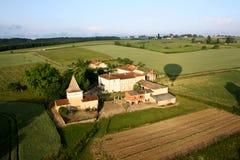 Steigen Sie Fahrt über einem Chateau im Süden von Frankreich im Ballon auf Lizenzfreies Stockfoto