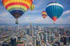 Steigen Sie Fliege über Kuala Lumpur-Stadtskylinen und -wolkenkratzern im Ballon auf Lizenzfreies Stockbild