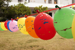 Steigen Sie im Ballon auf, damit Ausrüstungen am Spielboden spielen lizenzfreie stockfotografie
