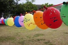 Steigen Sie im Ballon auf, damit Ausrüstungen am Spielboden spielen Stockfotografie