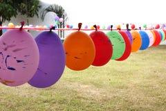 Steigen Sie im Ballon auf, damit Ausrüstungen am Spielboden spielen Lizenzfreies Stockbild