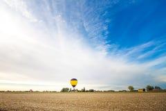 Steigen Sie im Himmel von Ferrara an zu einem Feld im Ballon auf Stockfoto