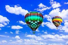 Steigen Sie schönes buntes Fliegen der Heißluft in beträchtlicher Himmel Landschaft im Ballon auf Lizenzfreies Stockbild