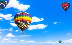 Steigen Sie schönes buntes Heißluftballonfliegen in der beträchtlichen SK im Ballon auf Lizenzfreie Stockfotos