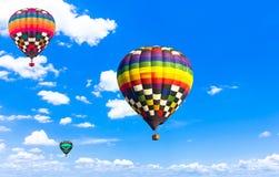 Steigen Sie schönes buntes Heißluftballonfliegen in der beträchtlichen SK im Ballon auf Stockfotos