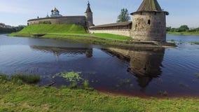 Steigende Ansicht über Ploskaya-Turm in Pskov stock video