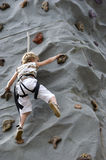 Steigende Felsenwand des Jungen lizenzfreies stockfoto
